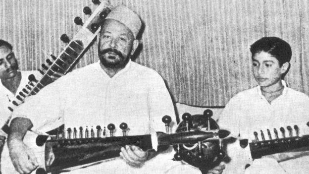 अपने पिता और उस्ताद हाफिज़ अली खान के साथ.
