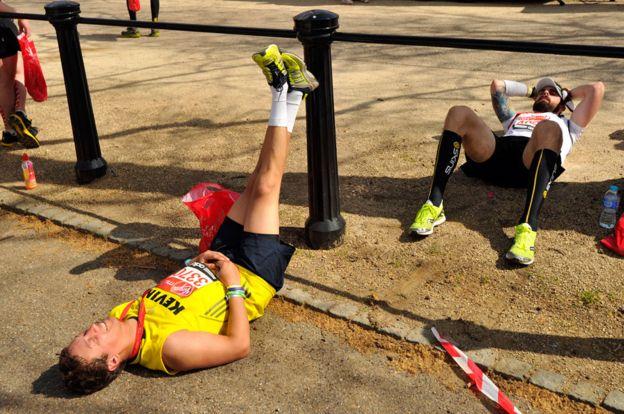 Corredores se recuperan después de correr la Maratón de Londres