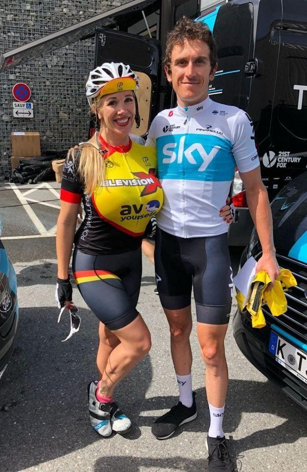 El gales Geraint Thomas, ganador del Tour de Francia en 2018, posa con una de las ciclistas del PPCC.