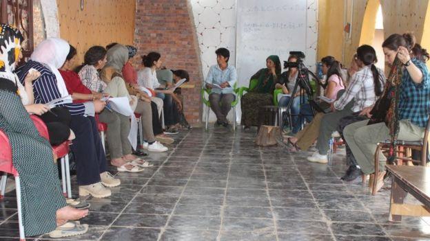 """لجنة قرية المرأة """" Jinwar """" تناقش مسودة النظام الداخلي للقرية، وتم التوصل بأن تكون القرية تابعة لناحية الدرباسية في الحسكة، شمالي شرقي سوريا."""