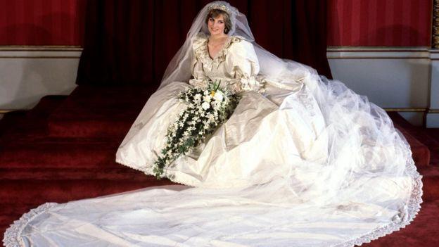 1981年,伊曼紐爾為戴安娜王妃設計的婚紗