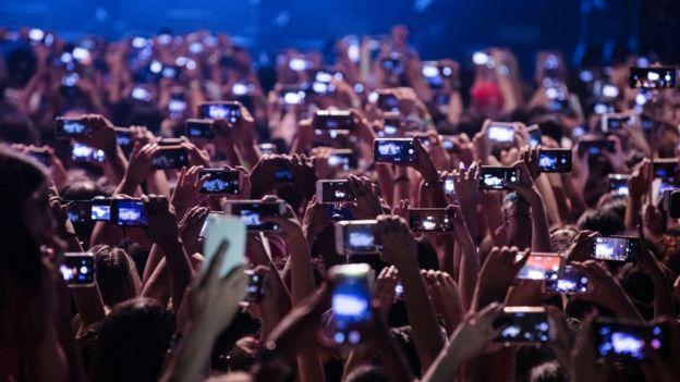 Teléfonos en un concierto