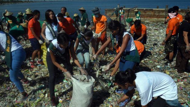 Các thí sinh Hoa hậu Trái đất tham gia hoạt động bảo vệ môi trường