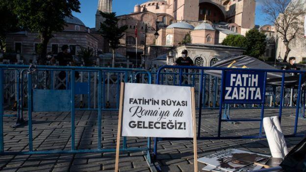 """Ayasofya önünde """"Fatih'in rüyası Roma'ya da geleceğiz"""" yazılı bir pankart"""