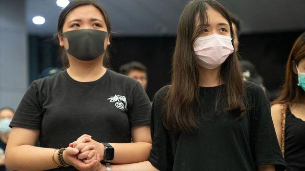 Dos estudiantes de Hong Kong durante una protestas pacífica en junio de 2019.