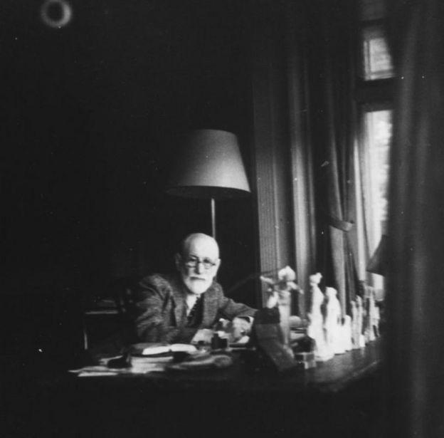 Зигмунд Фрейд в своем кабинете в Лондоне в 1938 году