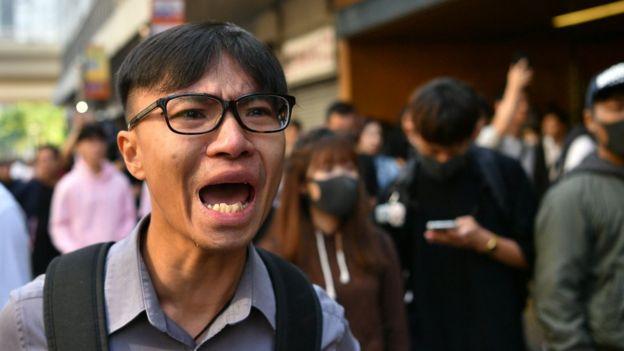 香港西湾河地铁站外一名群众激动落泪(11/11/2019)