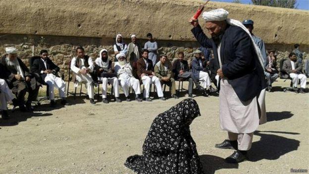 بارها زنانی به اتهام زنا در افغانستان در محاکم صحرایی شلاق خورده یا سنگسار شدند