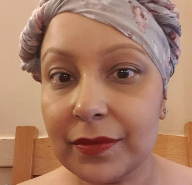 Anisha Vanmali con un pañuelo.