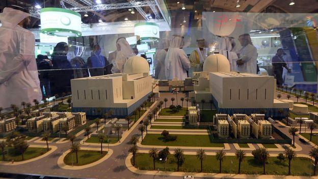 ماکتی از نیروگاه هستهای در نمایشگاهی در امارات