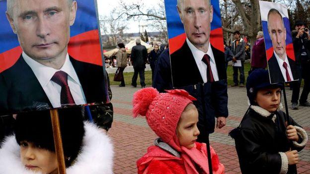 Niños con letreros de Putin