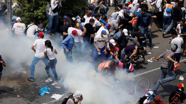 Manifestantes se cubren de los gases lacrimógenos