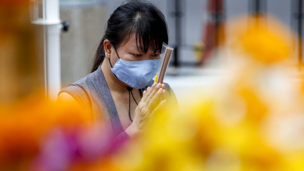Женщина в храме в Бангкоке