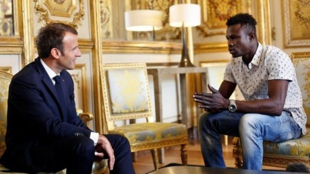 Emmanuel Macron, presidente de Francia, y Mamoudou Gassama.
