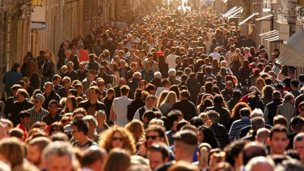 Calle llena de turistas.