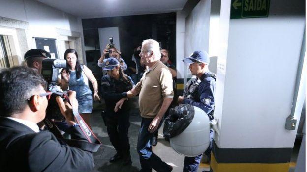 Ex-ministro José Dirceu é alvo de protestos ao chegar em apartamento depois de ser solto em maio de 2017