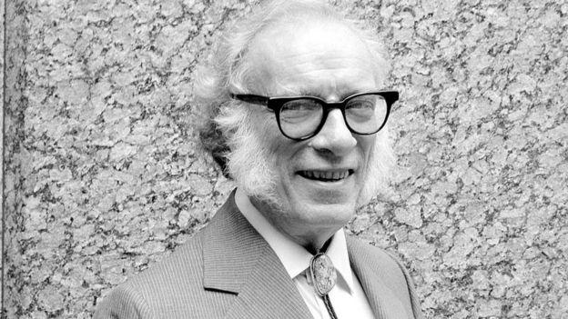 Isaac Asimov sorri para foto