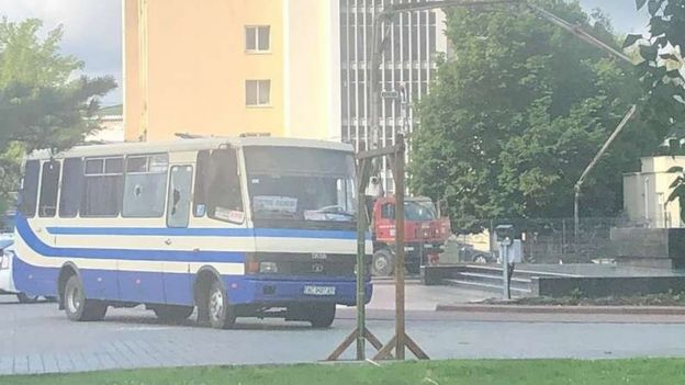 У Луцьку чоловік захопив автобус із заручниками. Невдоволений системою