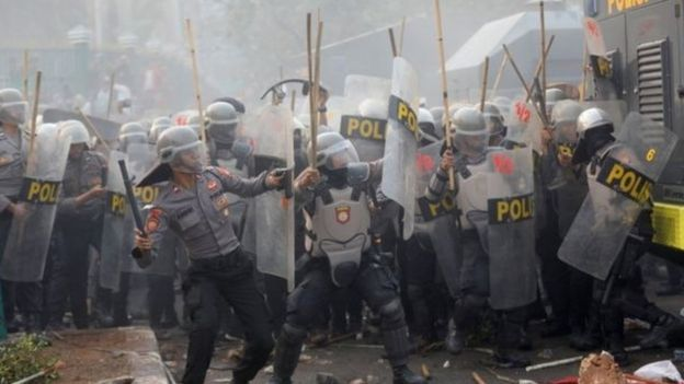 Polisi ihanganye n'abigaragambya