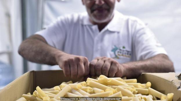 Pasta khô của Gragnano, có biệt danh là 'vàng trắng', có kết cấu bề mặt thô, cho phép nó giữ được nhiều nước sốt hơn.
