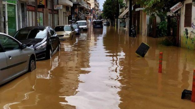 شوارع غارقة بمياه الفيضان في اليونان