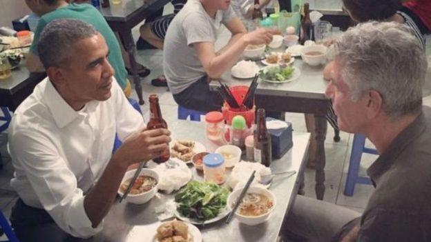 Anthony Bourdain compartiendo una comida con Barack Obama en Vietnam.