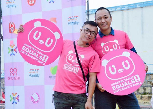 張錦雄(左)患有艾滋病近二十年,近年來他一直為同志平權及艾滋病防治奔波。