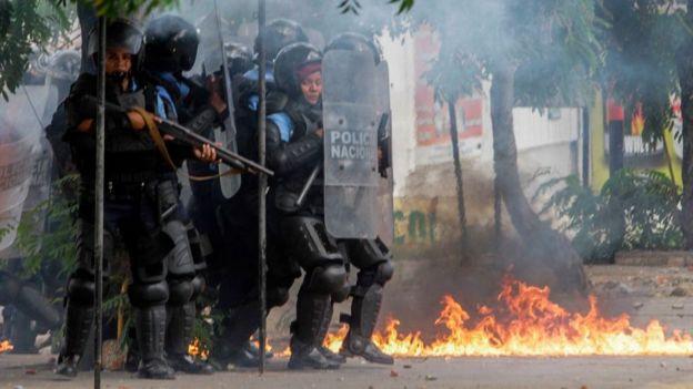 Policías en Managua.