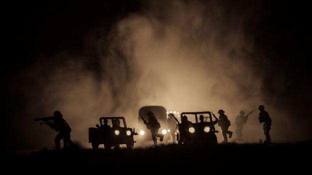 Tanques en la noche
