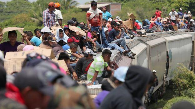 "Migrantes centroamericanos a bordo de ""La Bestia""."