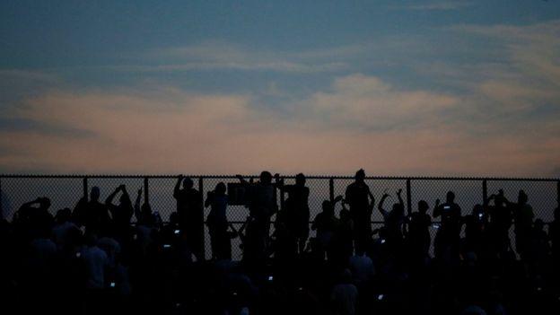 Personas miran al eclipse