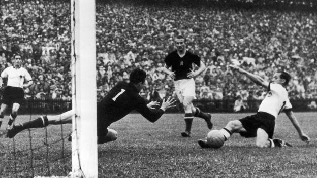 """被歷史稱作""""伯爾尼奇蹟""""的1954年世界杯決賽西德對匈牙利前,當時一個阿迪·達斯勒的德國人向西德隊送去了第一批可拆卸鞋釘的球鞋"""