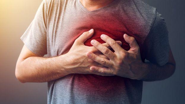 Homem apalpando o coração