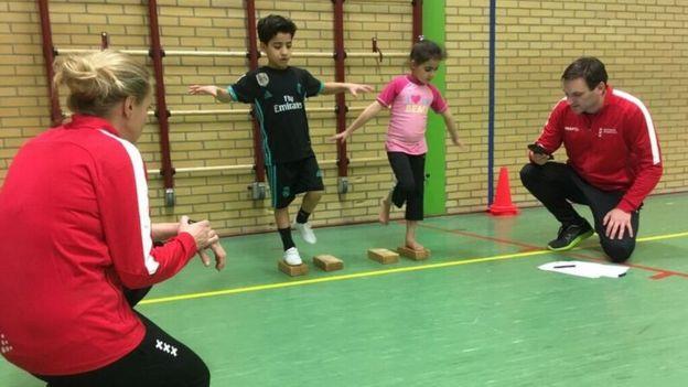 Niños participan en una prueba de equilibrio en Ámsterdam