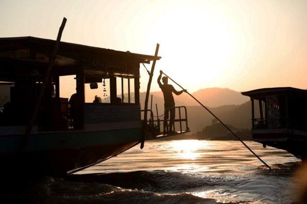 在泰國對面的老撾,從會曬來的客船結束了一天的航行,停在老撾烏多姆賽(Oudomxay)的北本(Pakbeng)港口。