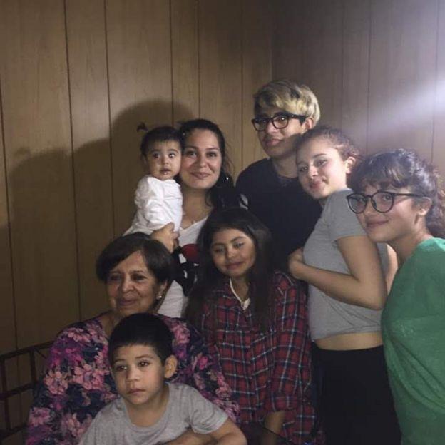 Olga Díaz con sus nietos y una de sus hijas.