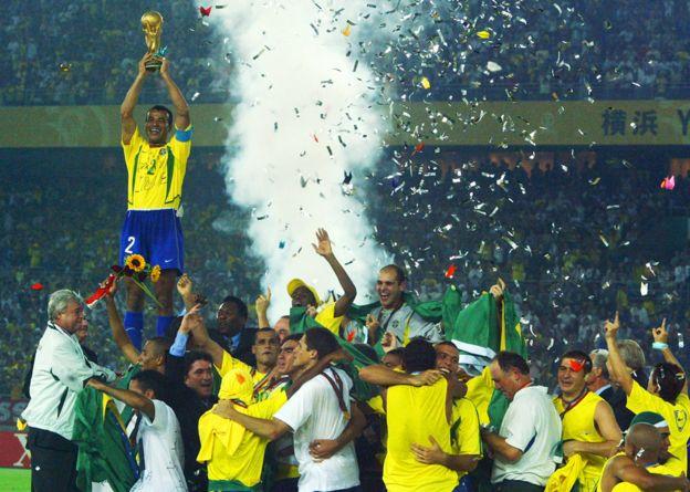 Cafú levanta la Copa del Mundo de 2002