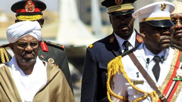 Omar al-Bashir (izquierda)