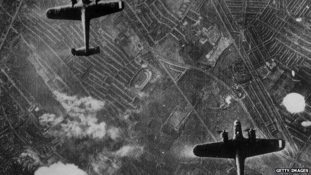 German bombers flying over London
