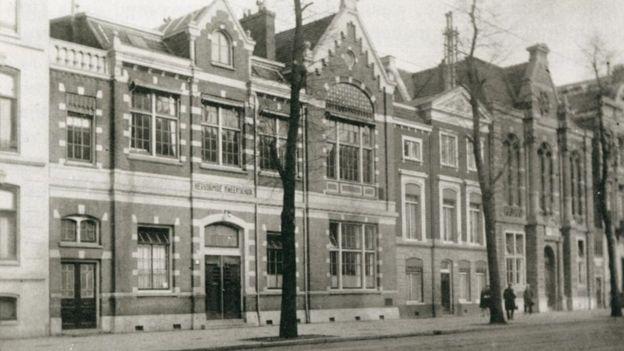 Колледж и здание яслей (с белыми ставнями) в 1925 году.