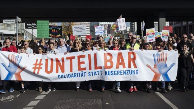 Хэштэг #unteilbar (неделимые) был вынесен на транспаранты, которые несли участники марша