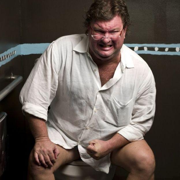 Hombre esforzándose por ir al baño