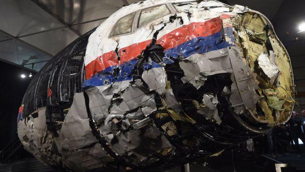Разбитая обшивка самолета рейса MH17