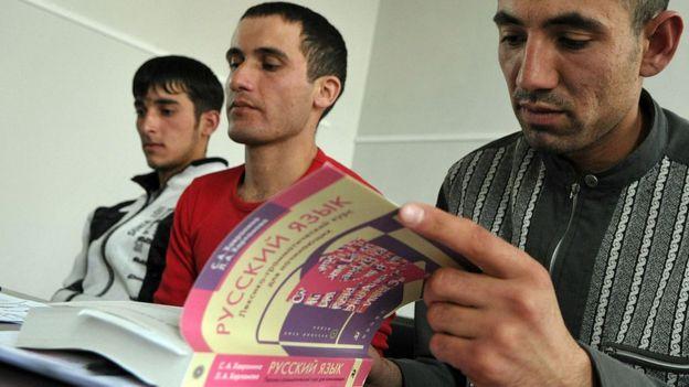 Inmigrantes de Asia Central aprenden ruso.