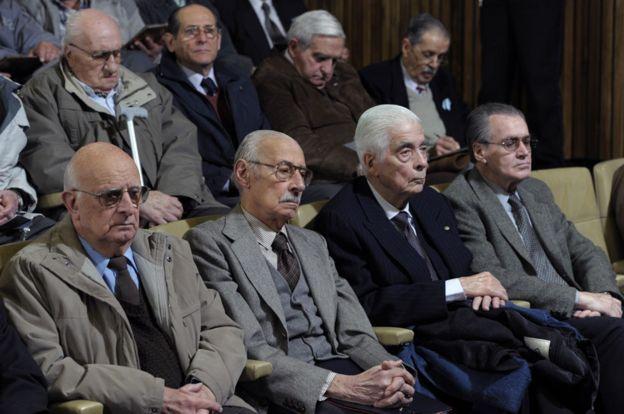 Luciano Benjamín Menéndez enfrenta un juicio junto con el expresidente de facto Jorge Rafael Videla y otros exlíderes militares.