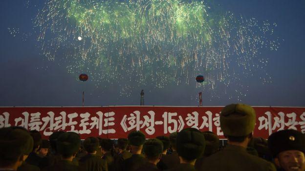 12月1日,朝鮮士兵觀看煙火,慶祝「導彈試射成功」。