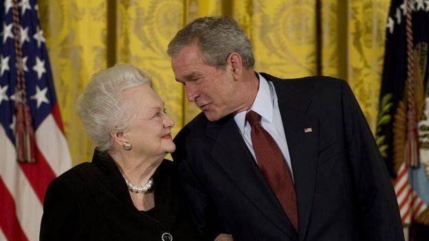 الیویا دوهاویلند و جورج بوش (۲۰۰۸)