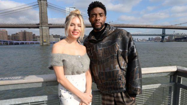 Sienna Miller y Chadwick Boseman