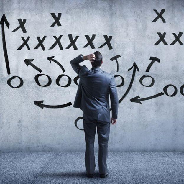 Hombre de negocios confundido por estrategias de fútbol