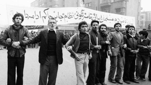 11 Aralık 1978'te Şah aleyhtarı gösteriye katılan İranlılar
